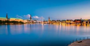 Panoramautsikt på Hamburg Tysklandhorisont på skymning Arkivbild