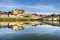 Panoramautsikt på horisonten av den historiska staden av Amboise med renässanschateauen över floden Loire Loire Valley franc arkivbild