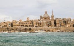Panoramautsikt på horisonten av historiska Valletta under en stormig dag royaltyfri fotografi