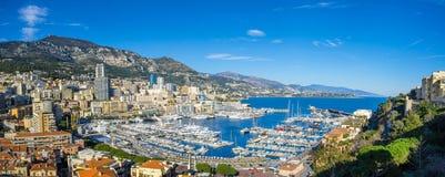 Panoramautsikt på kullarna och hamnen av Monaco Fotografering för Bildbyråer