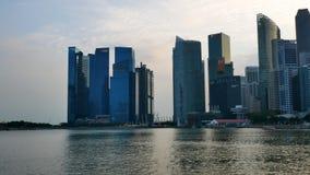 Panoramautsikt på moderna skyskrapor på Marina Bay Waterfront Promenade stock video