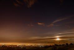 Panoramautsikt på natten från italienska kullar Arkivbilder