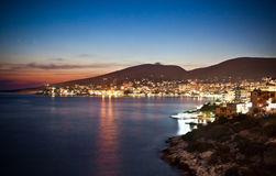 Panoramautsikt på Sarande på natten, Albanien Arkivbilder