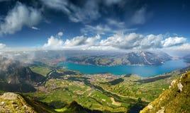 Panoramautsikt på sjön Thun Arkivbilder