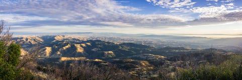 Panoramautsikt på solnedgången från toppmötet av Mt Diablo, Pleasanton, Livermore och fjärden som täckas i dimma i bakgrunden royaltyfria foton