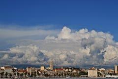 Panoramautsikt på staden som delas i Kroatien Arkivbilder