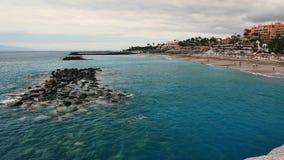 Panoramautsikt på stranden för El Duque på den Tenerife ön lager videofilmer