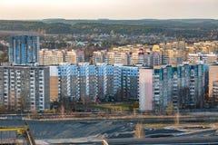 Panoramautsikt p? bostads- fj?rdedel f?r ny stadsplanering f?r fj?rdedelh?ghusomr?de i aftonen fr?n f?gels en sikt f?r ?ga arkivfoto
