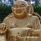 Panoramautsikt p? den stora guld- be sittande buddhaen Koreansk Haedong Yonggungsa tempel Busan Sydkorea som ?r asiatisk arkivbild