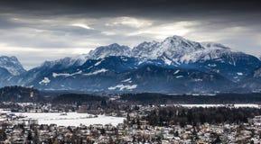 Panoramautsikt på österrikiska fjällängar som täckas av snö på den molniga dagen Royaltyfria Foton