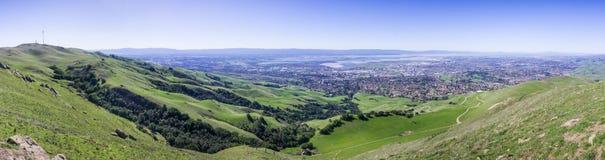 Panoramautsikt som de gröna kullarna av södra San Francisco Bay från beskickning når en höjdpunkt royaltyfri foto