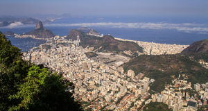 Panoramautsikt som förbiser Rio de Janeiro från det Corcovado berget, Rio de Janeiro, Brasilien Royaltyfri Fotografi