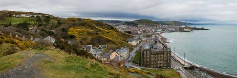 Panoramautsikt som in förbiser universitetstaden av Aberystwyth Arkivbild