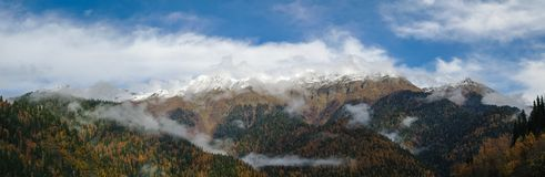 Panoramautsikt till berg nära Ritsa sjön, Abkhasia royaltyfri foto