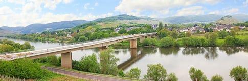 Panoramautsikt till byn för mülheim, mosel flod, Tyskland Royaltyfri Fotografi