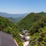 Panoramautsikt till den koreanska buddistiska templet komplexa Guinsa med dalen och berg på en klar solig dag Guinsa Danyang regi arkivbild