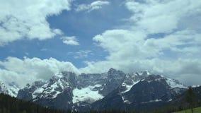 Panoramautsikt till den majestätiska fjällängsmutten, friskhet och frihet av den orörda naturen arkivfilmer