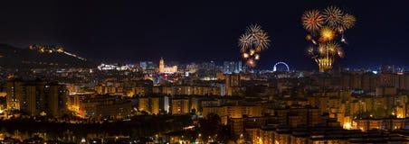 Panoramautsikt till den Malaga staden och fyrverkerier royaltyfri fotografi