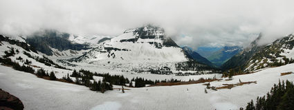 Panoramautsikt till den med is dolde sjön arkivfoto