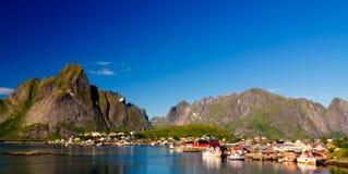 Panoramautsikt till den Reine byn och Glavdalsbukta, Lofoten, Norge Royaltyfri Foto
