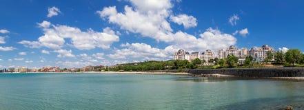 Panoramautsikt till den soliga stranden för havssemesterort, Bulgarien arkivbilder