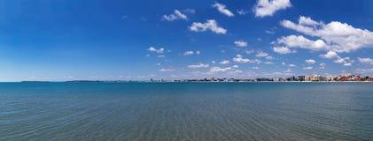 Panoramautsikt till stranden och Nessebar för havssemesterort den soliga royaltyfria bilder