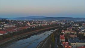 Panoramautsikt Uzhhorod Ukraina Europa på en liten stad över den Uzh floden på soluppgång över i hösten lager videofilmer