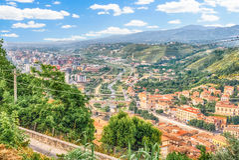 Panoramautsikt över staden av Cosenza och den Crathis floden, I Royaltyfri Foto