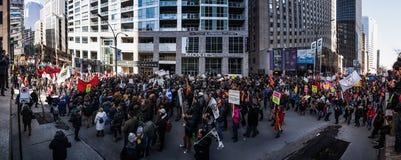 Panoramautsikt (XXXL-upplösning) av gatorna som packas med pro- Arkivfoto