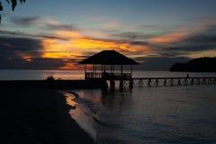 Panoramautsiktbungalow i tropisk strand för Indonesien by i Bali ösolnedgång Romantisk synvinkel Slight blur i löpare för att vis Royaltyfri Bild
