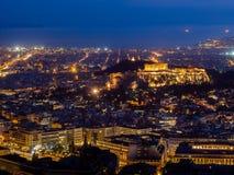 Panoramautsikten av Aten och akropolen sköt från kullen av det Lycabettus skottet på skymning royaltyfri foto