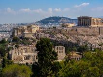 Panoramautsikten av Aten och akropolen sköt från kullen av musor på den klara sommardagen royaltyfri fotografi