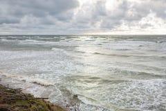 Panoramautsikten av berömda dutchman'sens för den turist- dragningen lock i den regionala Litauen sjösidan parkerar nära Karkle,  fotografering för bildbyråer