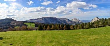 Panoramautsikten av berg i naturliga Urkiola parkerar royaltyfri bild