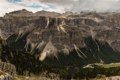 Panoramautsikten av bergskedja i den Puez-Geisler naturen parkerar Arkivfoton