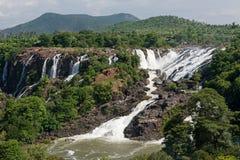 Panoramautsikten av den fallande sidan för den lilla vattenfallet - förbi - sid med kullen i bakgrund Royaltyfria Foton