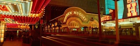 Panoramautsikten av den guld- klumpkasinot och neon undertecknar in Las Vegas, NV Royaltyfria Foton