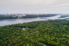 Panoramautsikten av den Kiev staden med den Dnieper floden och en stor gräsplan parkerar område i mitt flyg- sikt Fotografering för Bildbyråer