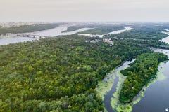 Panoramautsikten av den Kiev staden med den Dnieper floden och en stor gräsplan parkerar område i mitt flyg- sikt Royaltyfria Bilder