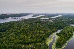 Panoramautsikten av den Kiev staden med den Dnieper floden och en stor gräsplan parkerar område i mitt flyg- sikt Arkivfoton