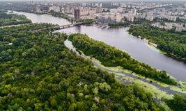 Panoramautsikten av den Kiev staden med den Dnieper floden och en stor gräsplan parkerar område i mitt flyg- sikt Arkivfoto