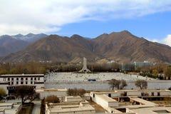Panoramautsikten av den Lhasa staden som är främsta av Potala slott- och slottfyrkant, med moderna byggnad och berg, långt borta  Royaltyfria Foton