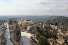 Panoramautsikten av den medeltida slotten fördärvar och taklägger av gammal stad royaltyfri foto