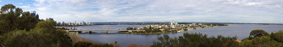 Panoramautsikten av den Perth staden, västra Australien från konung parkerar utkik Royaltyfria Bilder