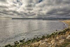 Panoramautsikten av den Varna fjärden, strand, vaggar, fåglar, Black Sea och molnig himmel Fotografering för Bildbyråer