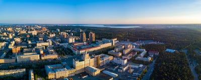 Panoramautsikten av det Chelyabinsk centret med staden parkerar, Ryssland royaltyfri bild