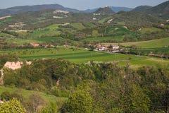 Panoramautsikten av det lantliga marche landskapet och Frontone rockerar i bakgrunden Royaltyfri Foto