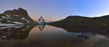 Panoramautsikten av det Matterhorn maximumet reflekterade i Riffelseen Fotografering för Bildbyråer