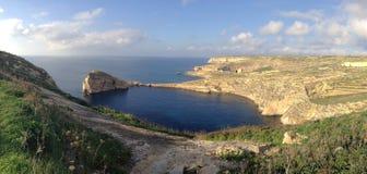 Panoramautsikten av Dwejra och svampen vaggar, Gozo, maltesiska öar Royaltyfria Bilder