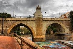 Panoramautsikten av en forntida stenbro med två ögon kallade `-Santa Teresa Bridge ` eller ` den gamla bron av Elche stads`, arkivfoto